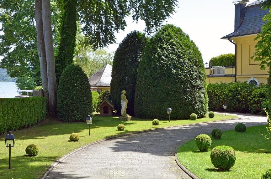 aanleg en onderhoud van een grote villa tuin