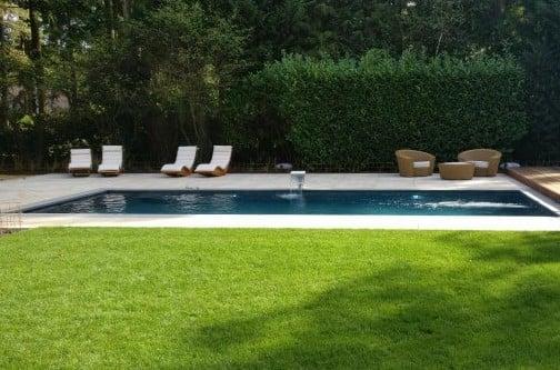 aanleg vlonders, bestrating, gras en borders om het zwembad heen