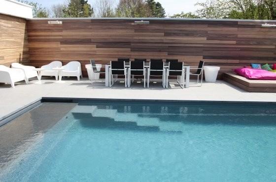 bestrating aanleg rondom zwembad
