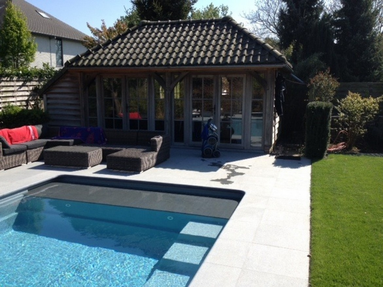 tuin rondom het zwembad
