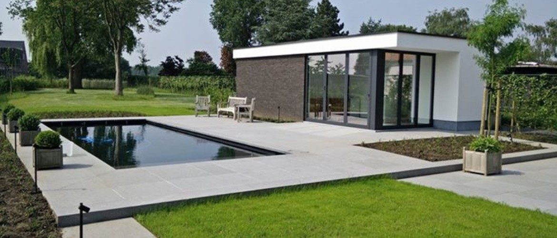 Omliggende tuin rondom ingegraven zwembad