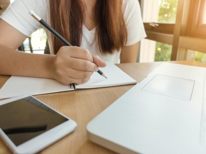 betere-concentratie-en-efficient-studeren-dankzij-hypnose-en-hypnotherapie-van-roel-beckers-hypnotherapeut-en-hypnotiseur-in-bree-limburg-of-online-via-zoom