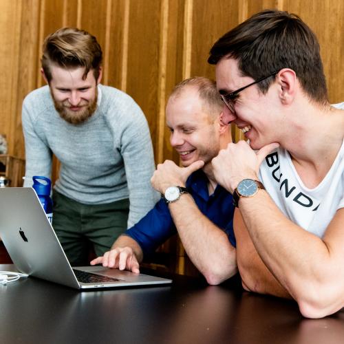 Online marketing Brainstorm bij laptop