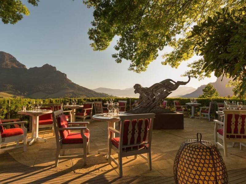 Terras bij hotel in Stellenbosch tijdens een luxe reis door wijnland Zuid-Afrika.