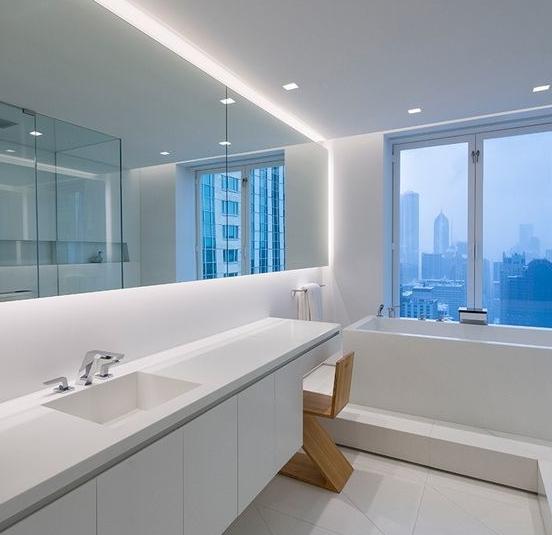 LED strips voor in de badkamer achter een spiegel
