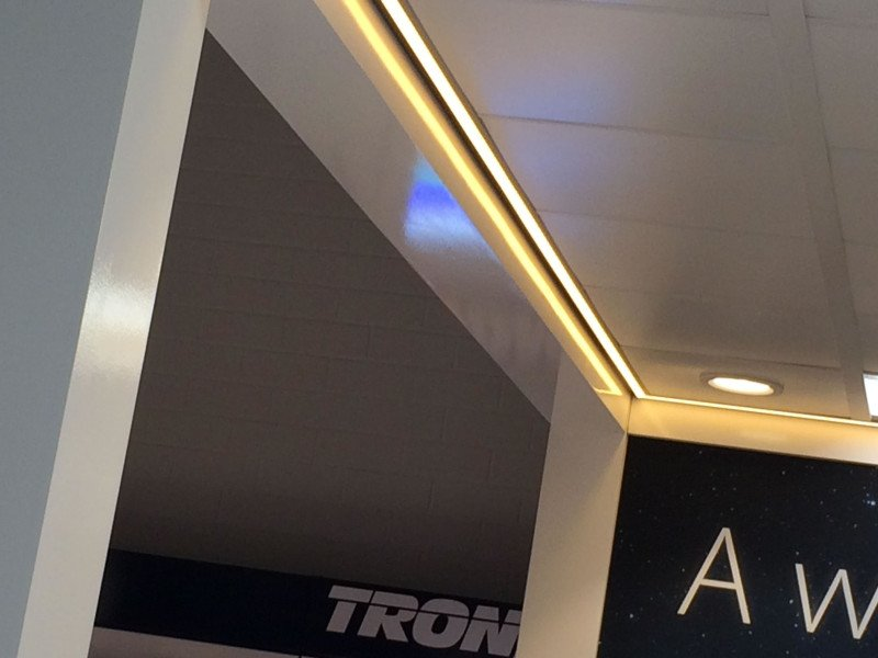 Systeemplafond met rondom LED in het plafond dimbaar