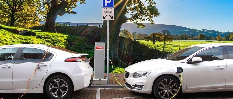 Thuis elektrische auto laden of aan een laadpaal onderweg?