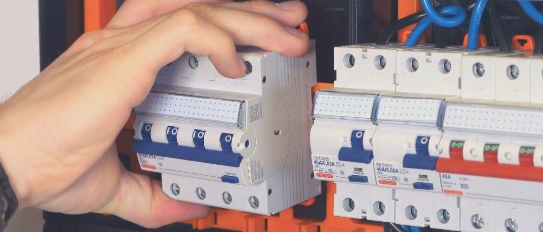 Hoe installeer je een 4 polige kracht aardlek automaat?