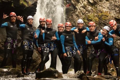 Groepsfoto tijdens canyoningen in Schotland