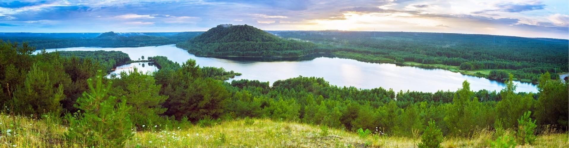 Uitzicht over de bossen en het water van de ardennen