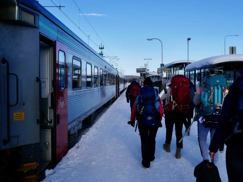 Groep stapt uit de trein in Kiruna Lapland