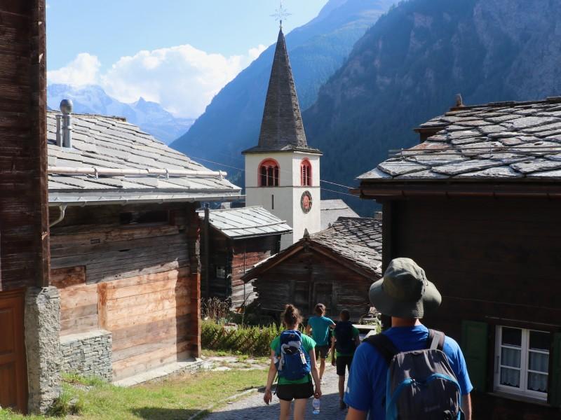 Wandelen door de bergdorpjes in Zwitserland
