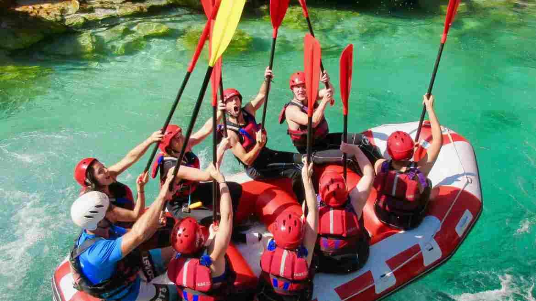 Bas en Anouk met groep op raftboot