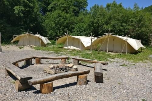 Tentenkamp met kampvuur plaats