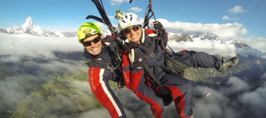 Paragliden met Matterhorn op de achtergrond
