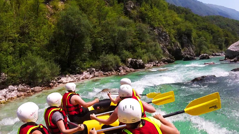 Raften op de blauwe Soca rivier met uitzicht