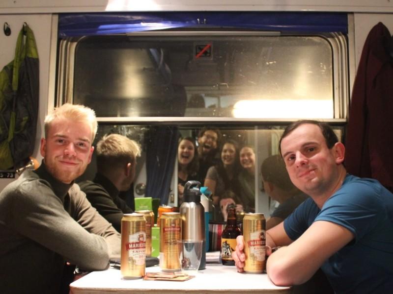 Biertjes drinken in de trein met de groep