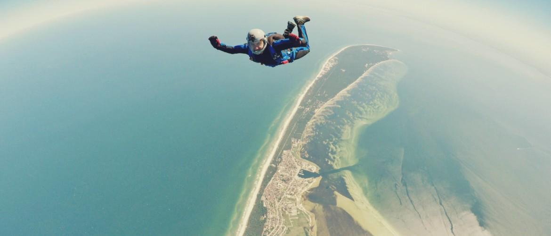 Wat is het verschil tussen skydiven en parachutespringen?