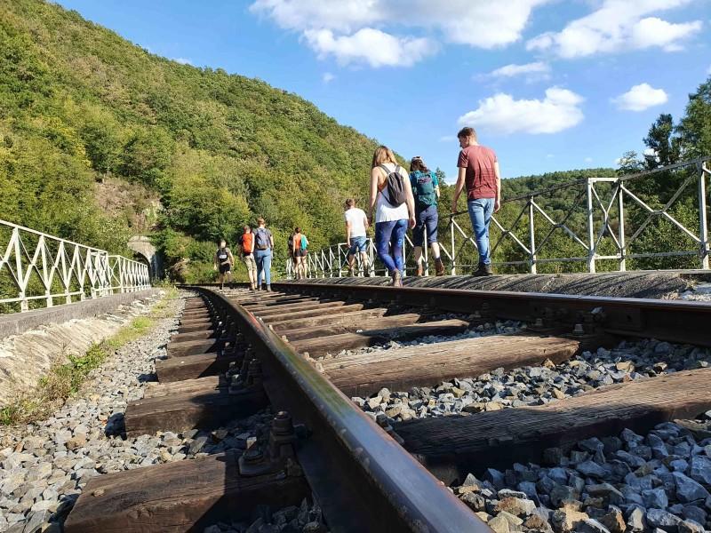 Wandelen in de Ardennen over spoorrails