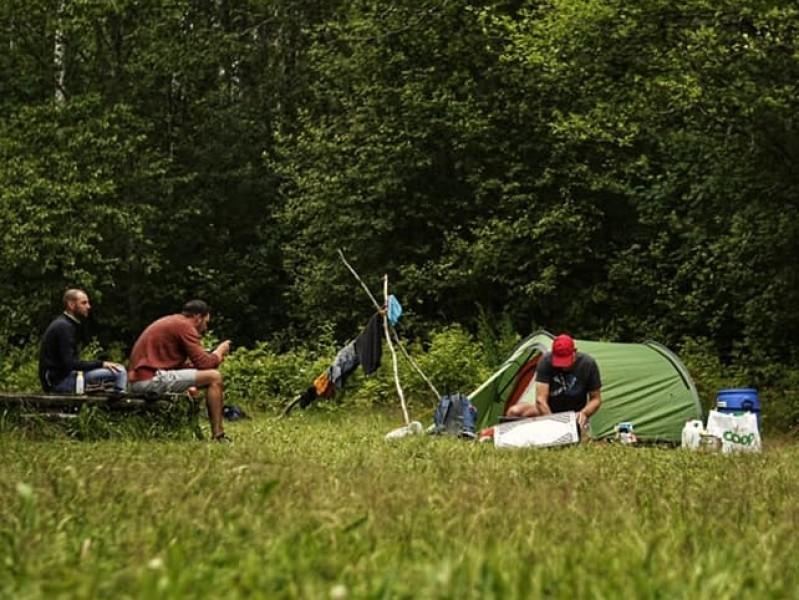 Wildkamperen in Zweden tent met mannen
