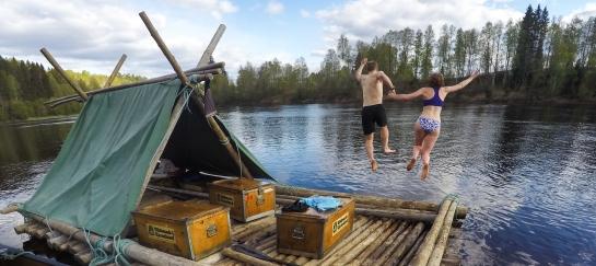 Spring van zelfgebouwd vlot in de rivier