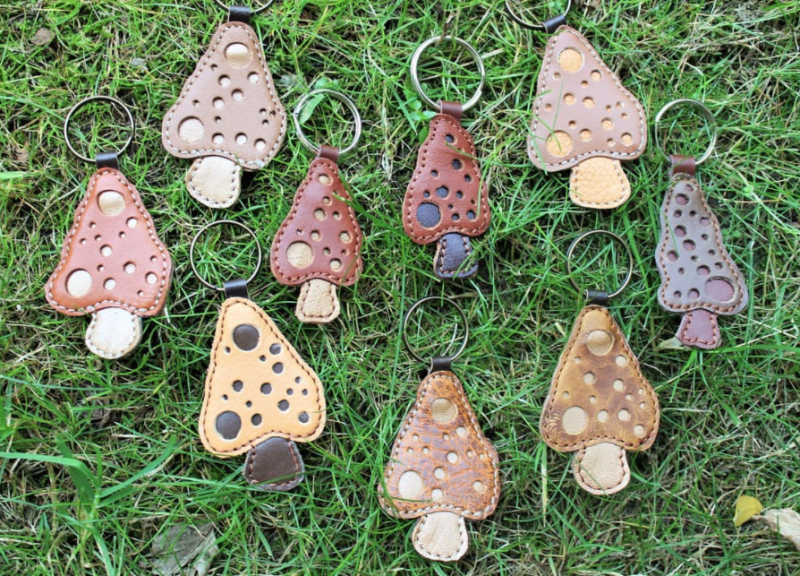mushroom-keychains-made-from-leather-scraps-with-applique-technique-marieke-création
