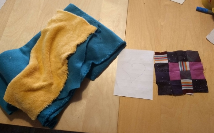 Quilt materials, scrap fabric, note paper and old fleeceblanks for batting