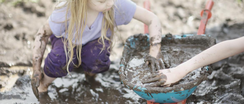 Modderdag. Waarom modderspel zo goed is voor je kind