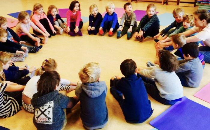 Anna van Remundt kinderyoga kleuteryoga juf op school