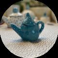 een klein theepotje in keramiek