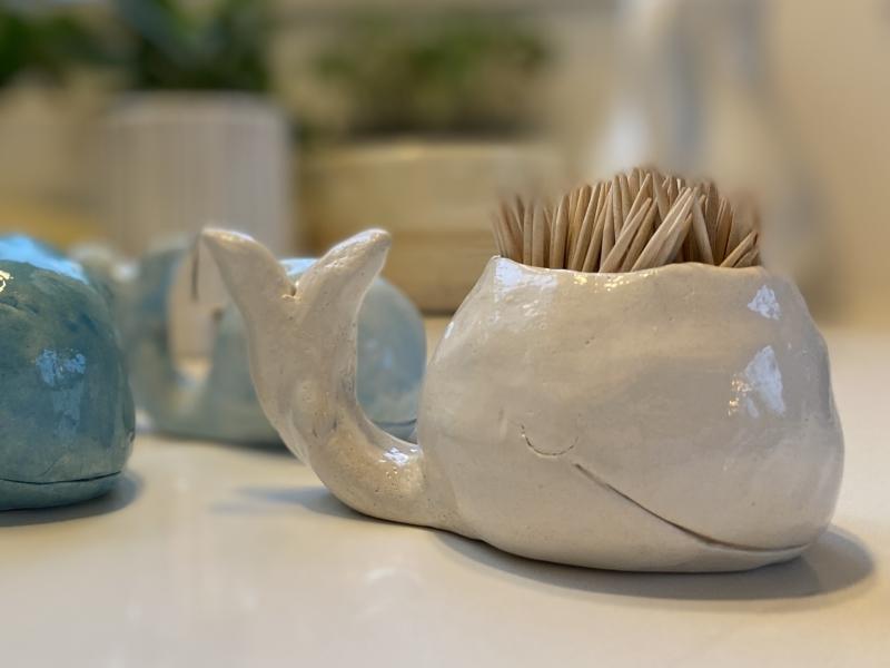 walvis in keramiek en witte stroke and coat, open bovenaan om er tandenstokers in te zetten.