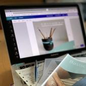 beeld van laptop met papieren op