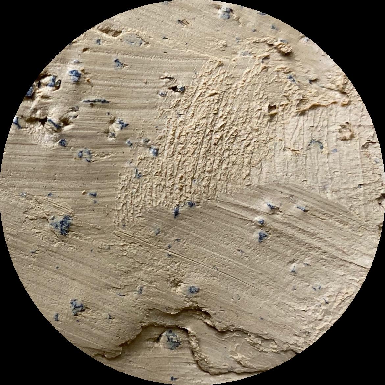 close up van klei met zwarte chamotte