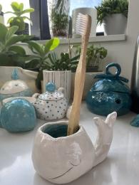 Walvis in keramiek met witte stroke and coat en bamboe tandenborstel