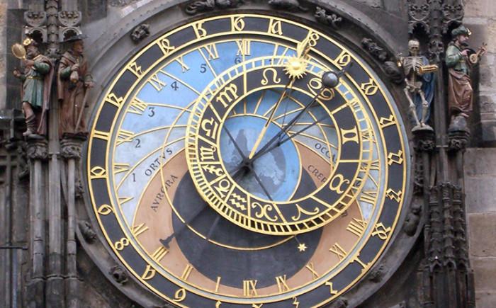 Astronomische klok op het oude stadsplein in Praag