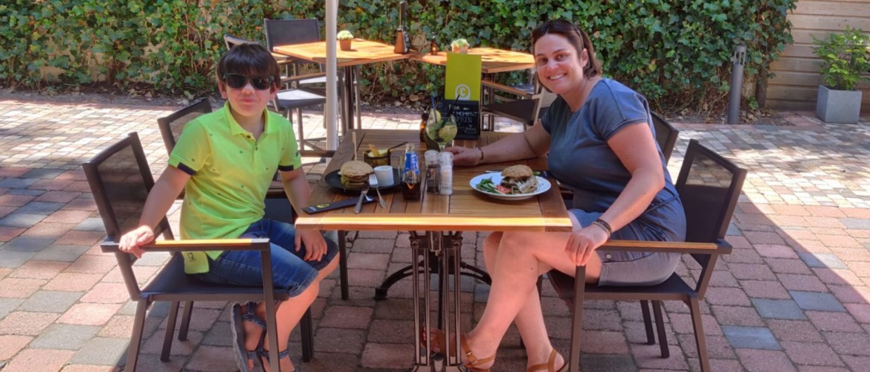 Lunchdate met mijn zoon, genieten van een Iberico burger