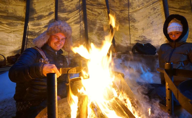 Vuurtje maken in de winter in Zweden