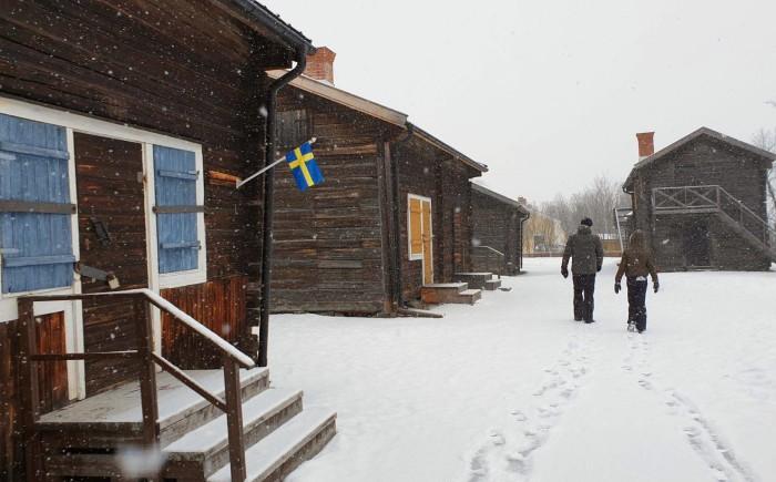 Wandelen door de sneeuw met kind in Zweden