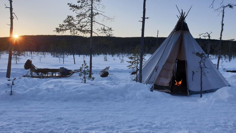 Opwarmen tijdens de huskytocht in een tent