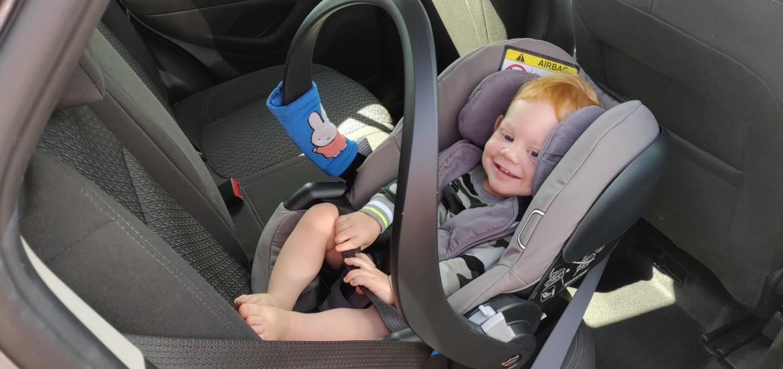 Autostoel met gordel vastmaken