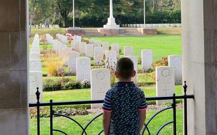 Canadese Begraafplaats Holten met kind