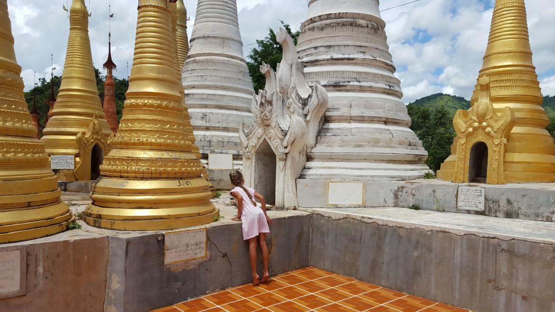 Dhwe Inn Tain Pagodas met kind
