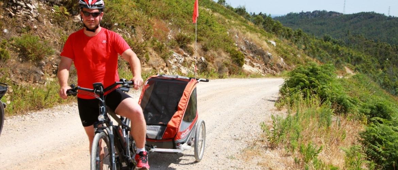Klimmen naar de hoogste berg met een fietsaanhanger