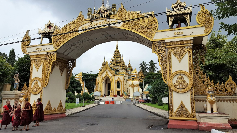Ingang naar de Shwedagon Pagoda