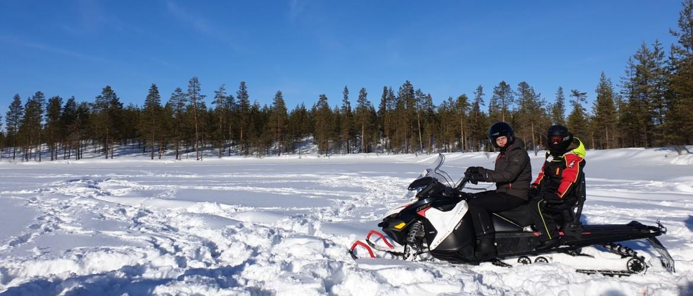 Zweeds Lapland, ijsvissen tijdens een stoere sneeuwscootertocht