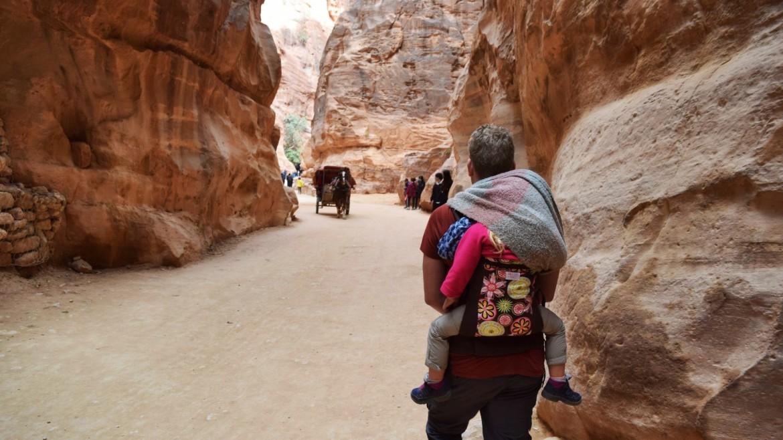 Wandelen door Petra met een kind