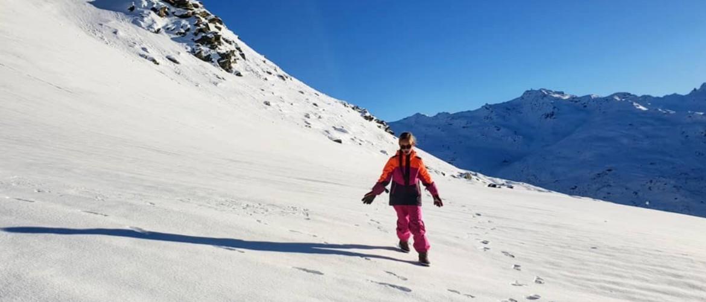 Winterwandelen, het geluid van knisperende sneeuw onder je schoenen