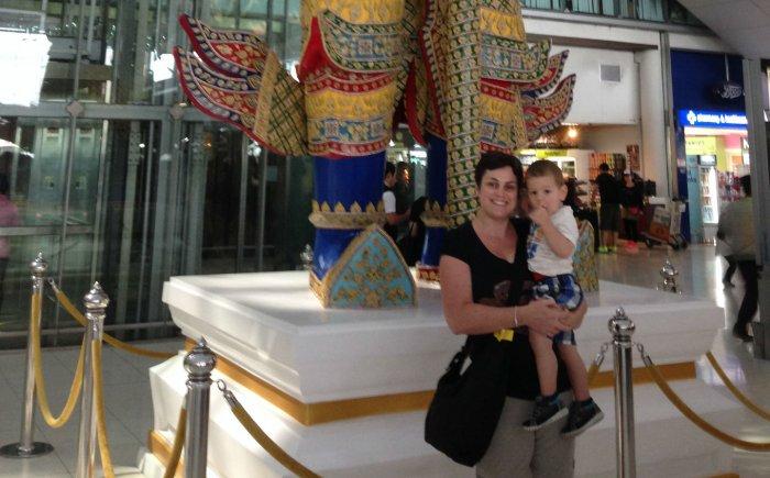 Vliegveld Bangkok met kinderen