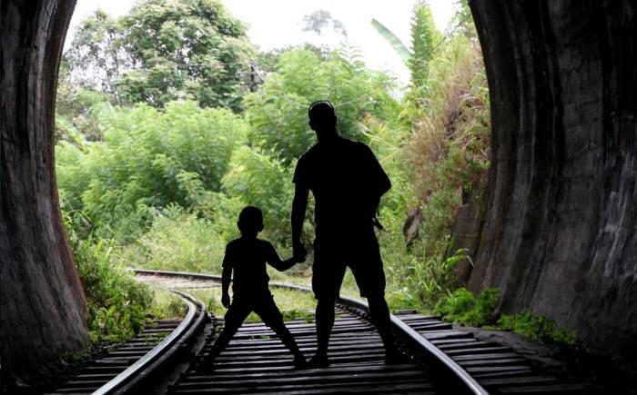 Wandelen in Ella over de spoorlijn