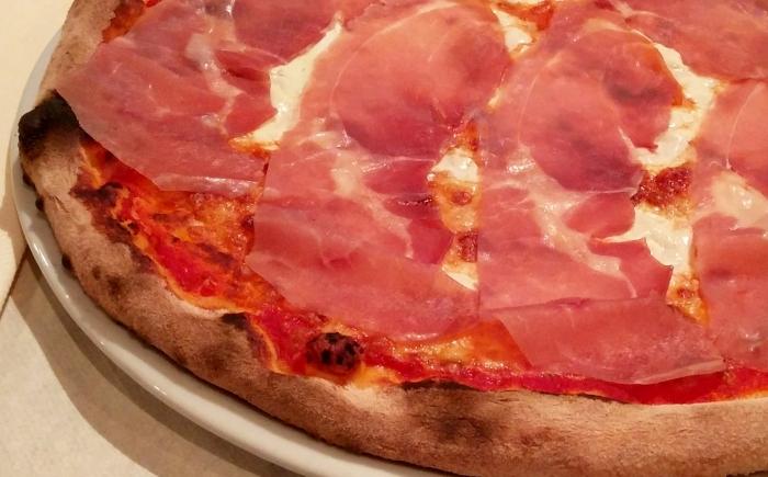 Italiaanse pizza eten met kinderen